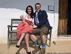 Doris und Fredi sitzen auf einer Bank - Landwirtschaftlicher Betrieb Kollar-Lackner