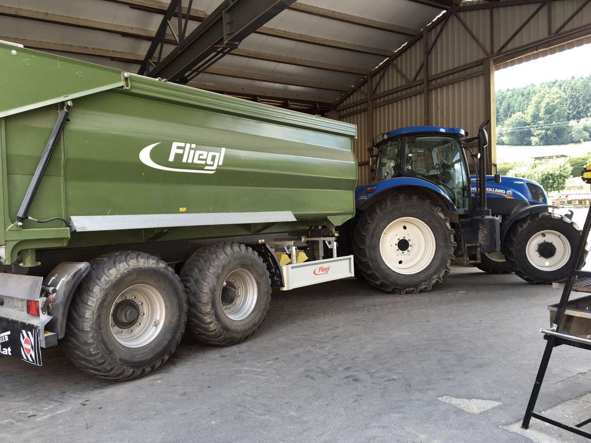Lohnarbeiten mit Anhaenger und Traktor im Suedburgenland